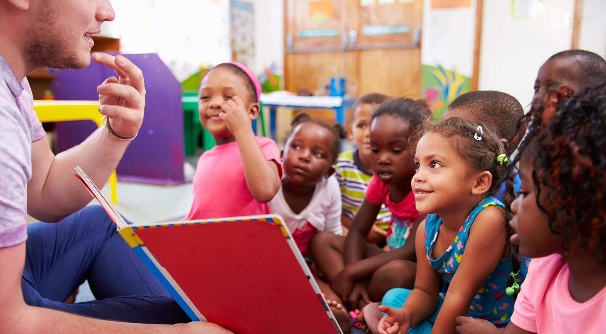 Volontario con dei bambini