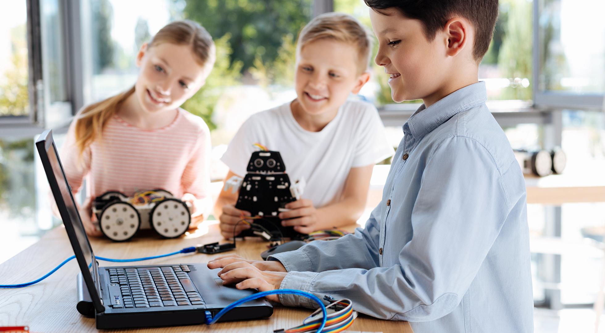 Bambini durante un laboratorio di robotica e programmazione